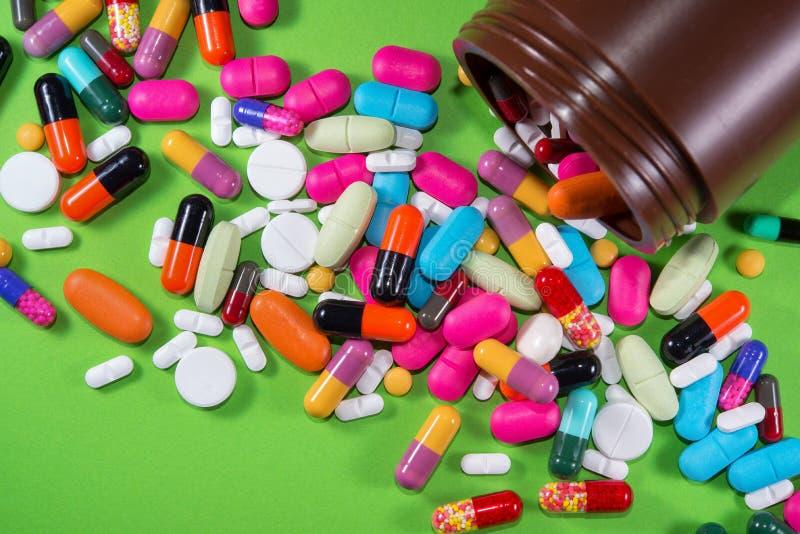 Schließen Sie oben von vielen bunten Pillen stockfoto