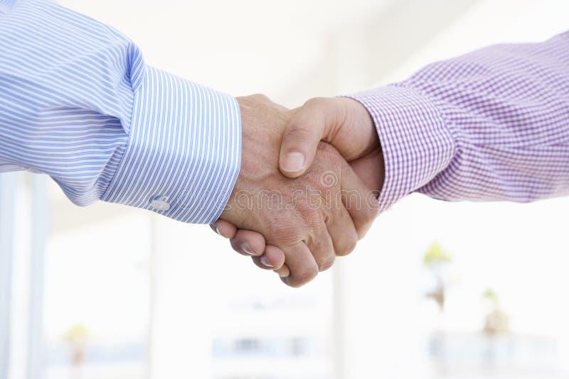 Schließen Sie oben von zwei Männern, die Hände rütteln lizenzfreie stockfotografie