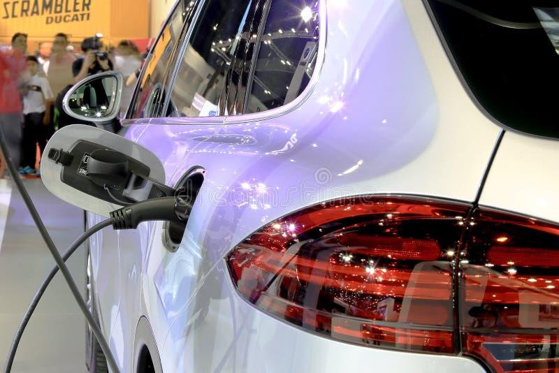 Schließen Sie oben während Brennstoff bis zum Auto lizenzfreies stockbild