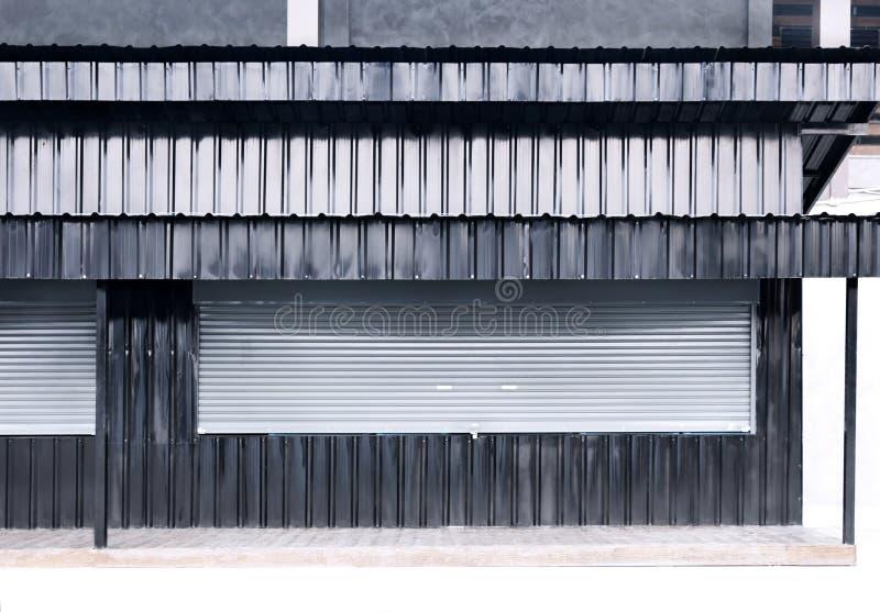 Schließen Sie Rolltoraluminium- und -Blechzinkbeschaffenheit corr Fensterläden stockfotos