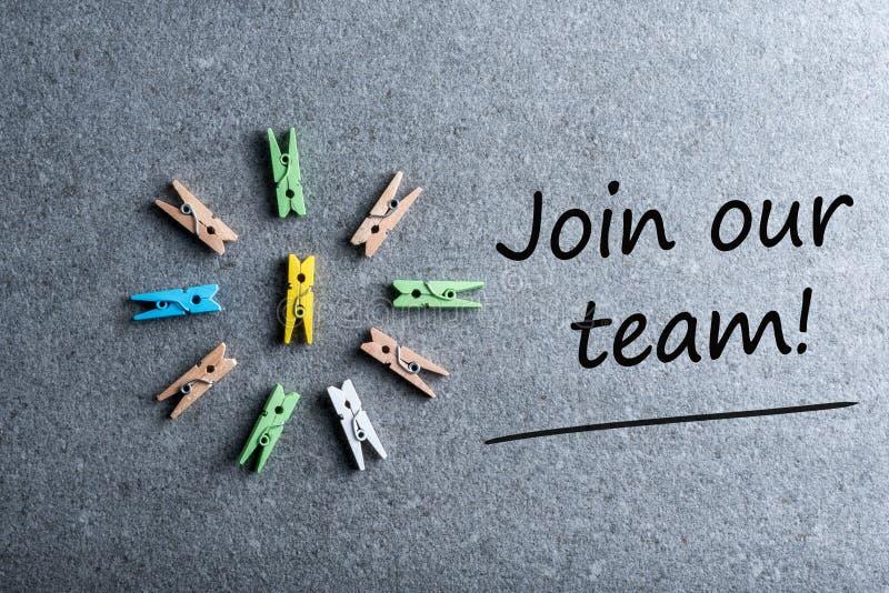 Schließen Sie sich unserem Teamhintergrund mit Spracheblasen und kleinen Stiften an Einstellung und neues Jobkonzept lizenzfreies stockbild