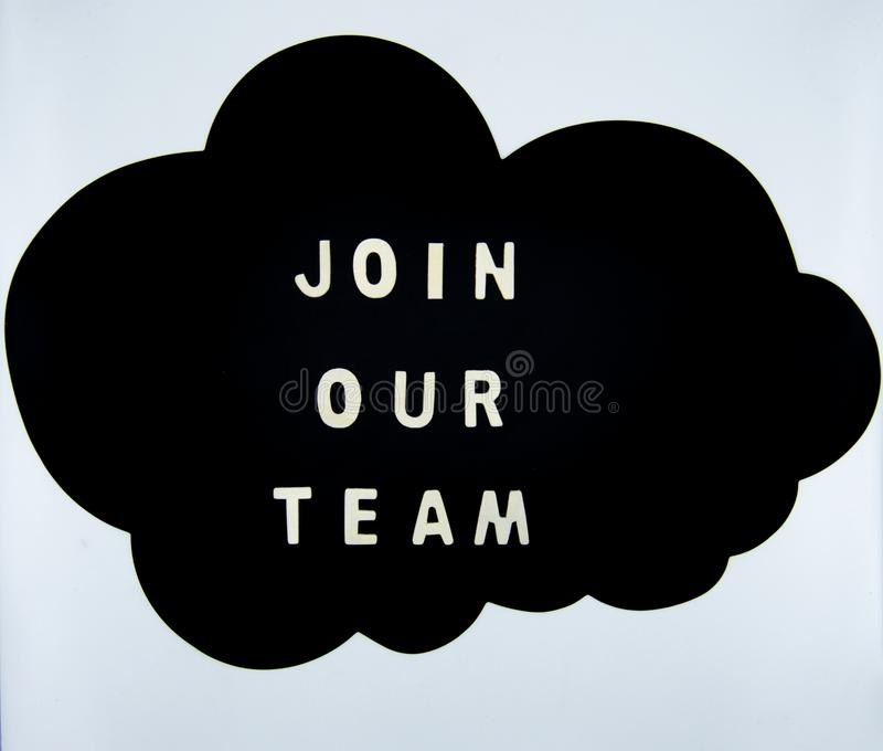 Schließen Sie sich unserem Teamkonzept in einer Wolke auf weißem Hintergrund an stockbild