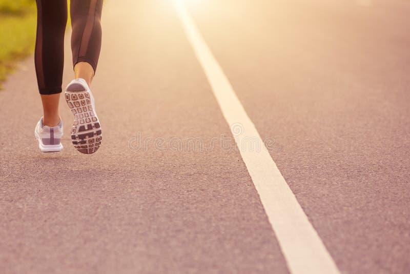 Schließen Sie Sporty-Frau, die bei Sonnenuntergang unterwegs ist Fitness- und Trainingskonzept lizenzfreies stockfoto