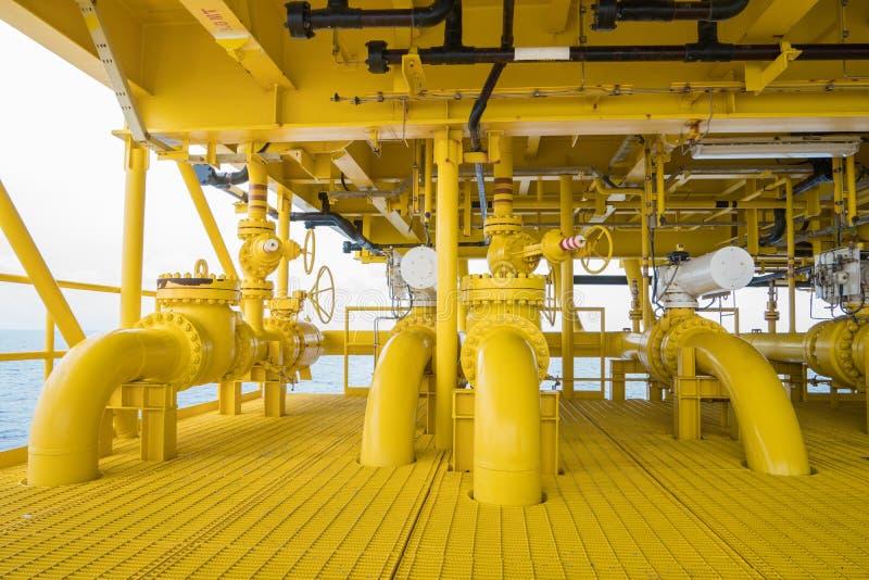 Schließen Sie Ventil SDV und Seeleitungsrohr an der Offshoreöl- und Gashauptquellendirektübertragungsplattform stockfoto