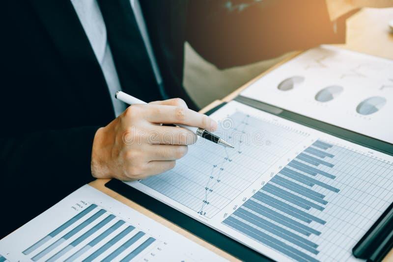 Schließen Sie von den Handinvestoren aufbrauchen Taschenrechner, um das Einkommen der Firma zu berechnen, um auf Lager für zukünf lizenzfreie stockfotos