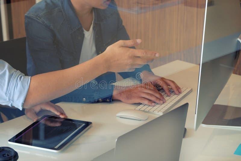 Schließen Website-Designer-Planung und Begegnung Anwendungsentwicklung-Layout-Rahmenprogramm Kodierung Programm auf Tablette lizenzfreie stockfotografie