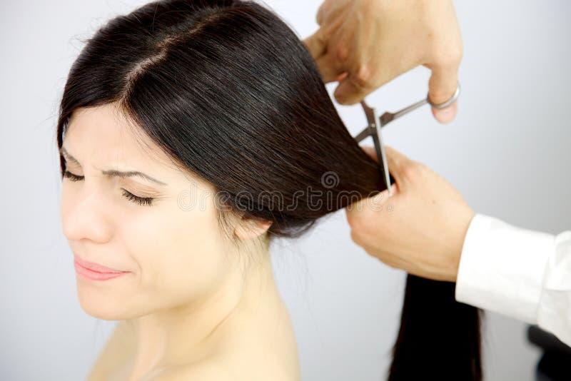 Schließend Augen der Frau erschrocken vom Haarschnitt stockfoto