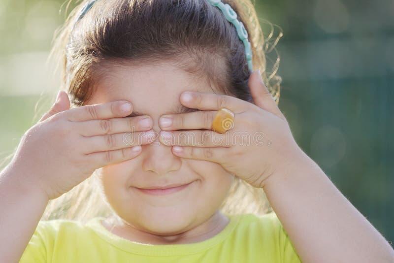 Schließende Augen des kleinen Mädchens stockbild