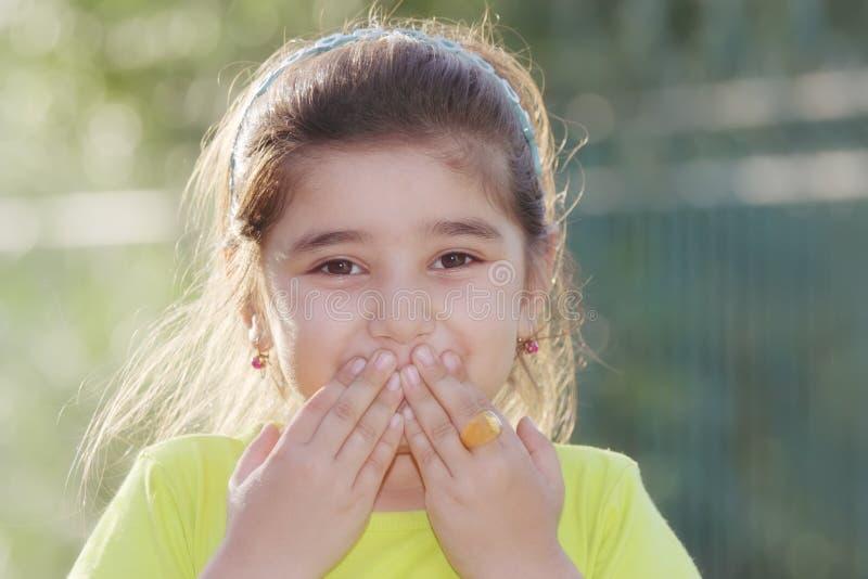 Schließender Mund des kleinen Mädchens stockfotos