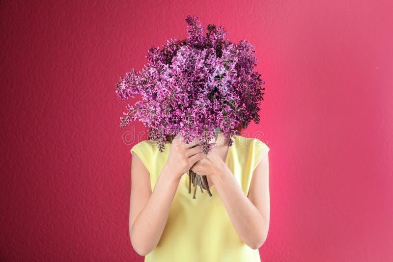 Schließendes Gesicht der Frau mit Blumenstrauß von schönen lila Blumen stockfotos