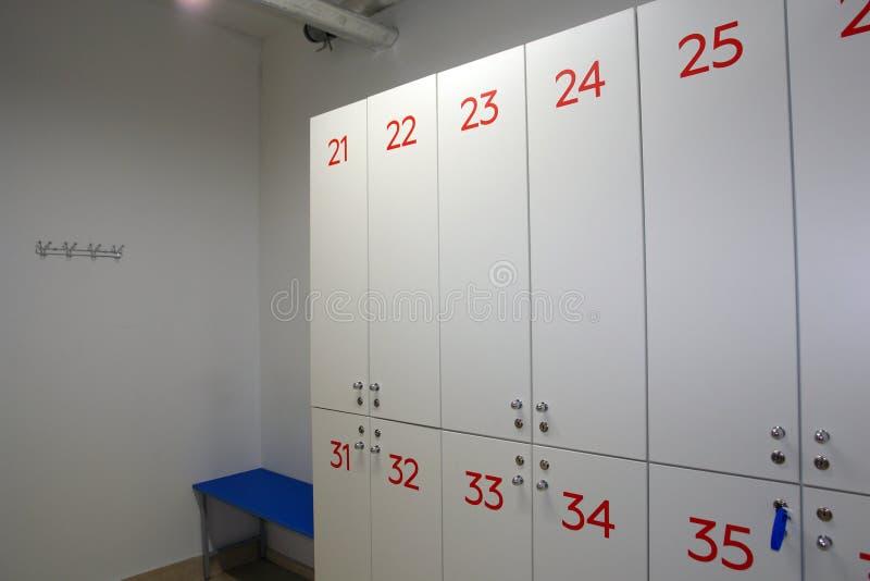 Schließfächer im Umkleideraumpool und im Sportverein lizenzfreie stockfotografie