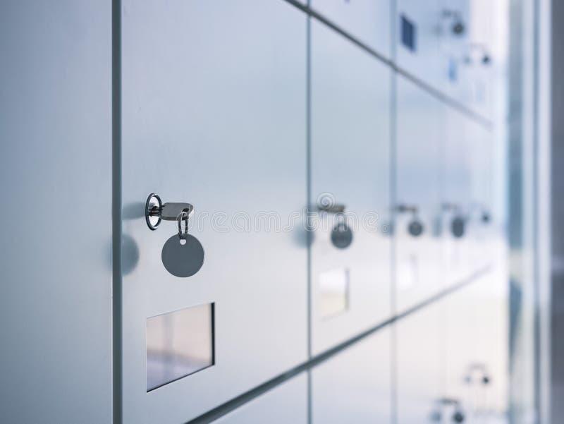 Schließfächer mit Schlüssel im Umkleideraum-Sicherheitskasten stockfotos