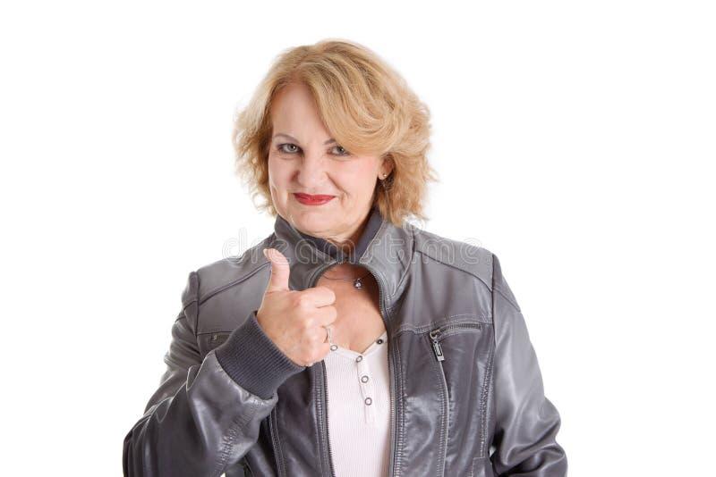 Schließlich im Ruhestand! - ältere Frau lokalisiert auf weißem Hintergrund stockbild