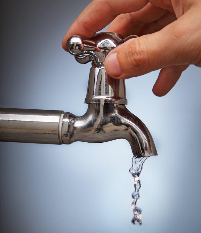 Schließt das Durchsickern des Wassers lizenzfreies stockbild