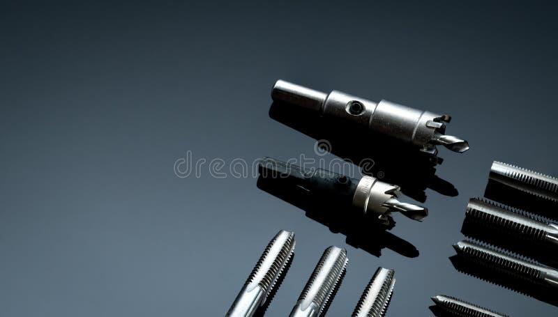 Schließt gerade Flankenspitze und Löchersäge auf dunklem Hintergrund Werkzeuge für die industrielle Abnahme Karbidmetallschneider lizenzfreie stockfotos