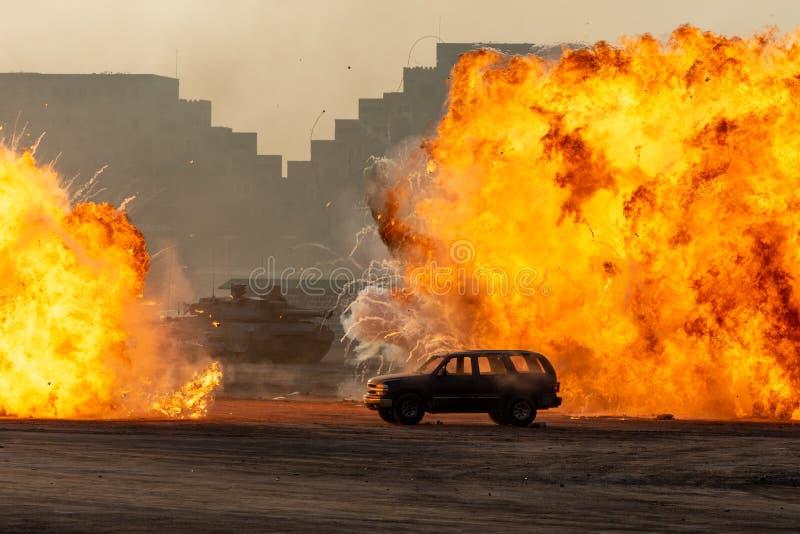 Schließung eines Militärschlags oder einer Bombe im Krieg gegen einen SUV mit Panzern, die in der Stadt im Chaos Feuerbäller und  lizenzfreies stockfoto