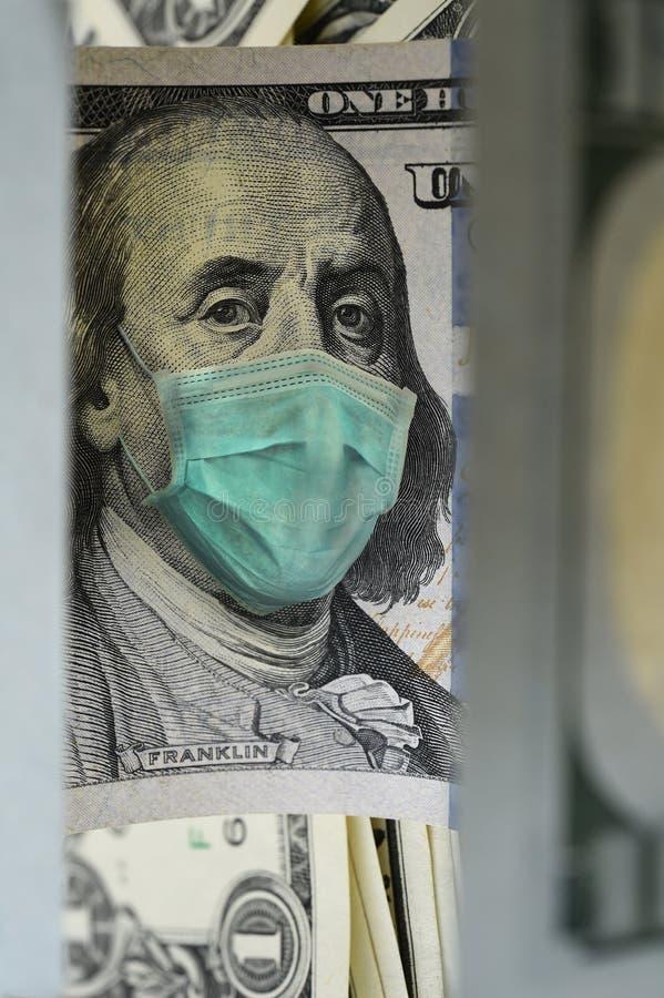 Schließung von 100-Dollar-Geldwechsel mit Gesichtsmaske lizenzfreies stockfoto