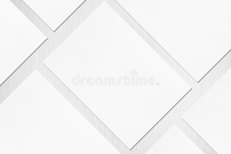 Schließung von drei leeren weißen rechteckigen Postermockups, die diagonal auf grauem, texturiertem Hintergrund liegen stockfotos