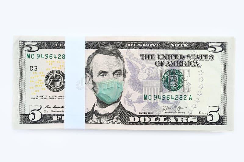 Schließung von fünf Dollar Geldwechsel mit Gesichtsmaske lizenzfreie stockbilder