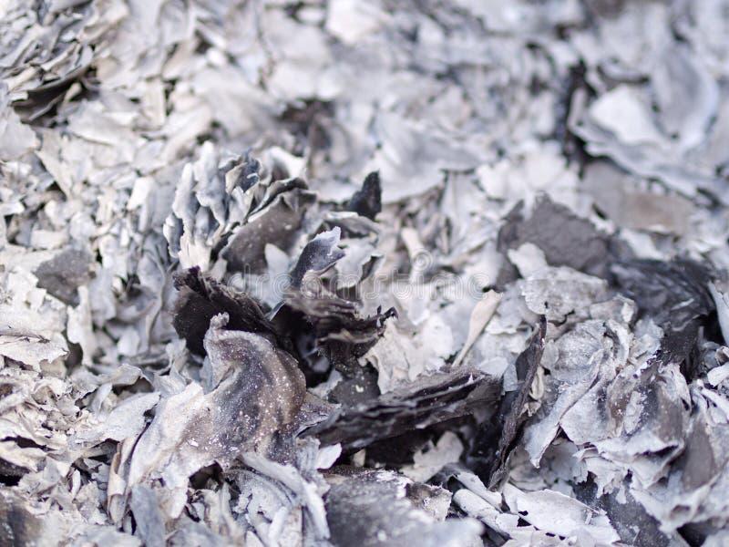 Schließen Sie herauf Asche und Asche vom Geistgeldpapier, das für Vorfahr im Chinesischen Neujahrsfest brennt stockbilder