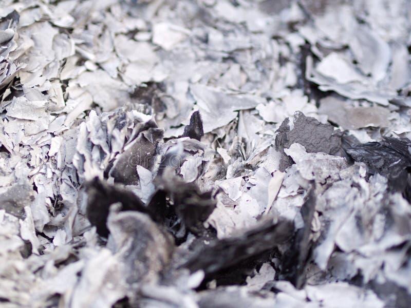 Schließen Sie herauf Asche und Asche vom Geistgeldpapier, das für Vorfahr im Chinesischen Neujahrsfest brennt lizenzfreie stockfotos