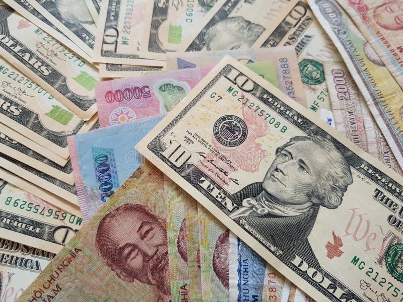 Schließen Sie herauf die Banknoten des Vietnamesen mit Ho Chi Minh ist Porträt und Vereinigter Staaten Dollar Fallender Dollar Ge stockfotografie