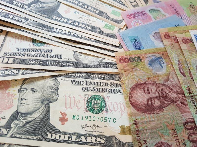 Schließen Sie herauf die Banknoten des Vietnamesen mit Ho Chi Minh ist Porträt und Vereinigter Staaten Dollar Fallender Dollar Ge lizenzfreie stockfotografie