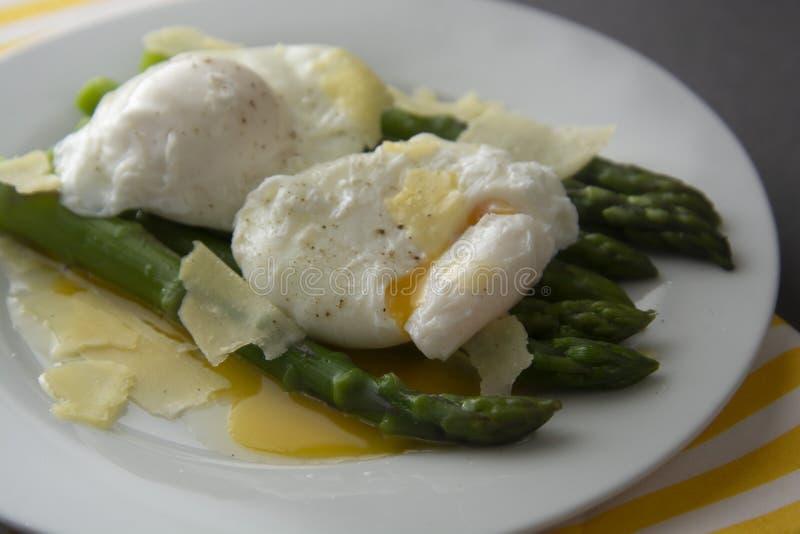 Schließen Sie herauf Spargelsalat mit poschiertem Ei und Parmesankäseparmesankäse Grauer Hintergrund Gesundes, geschmackvolles Fr lizenzfreies stockfoto