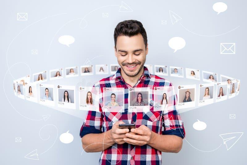 Schließen Sie oben das frohe Foto er er sein Kerl, Griff, dentelefon neuen Posten las, on-line-Internet-Auswahl Wahlillustrations vektor abbildung