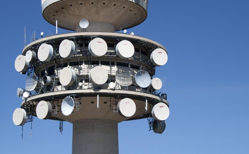 Schließen Sie oben von den Tellern und von den Antennen auf Telstra-Turm in Canberra, Australien lizenzfreies stockbild