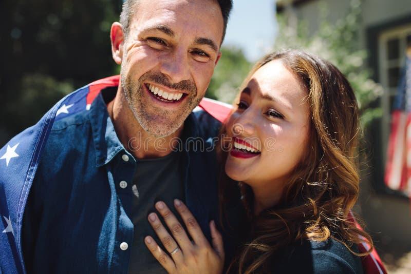 Schließen Sie oben von einer lächelnden Paarstellung zusammen lizenzfreie stockfotos
