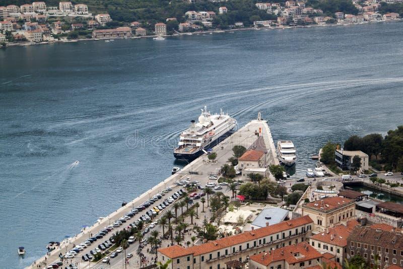 schlie?en Sie herauf Ansicht des Kreuzschiffs am Pier in der Bucht von Kotor stockbilder