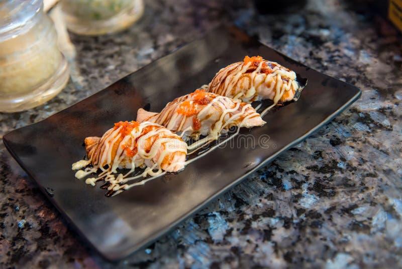 Schlie?en Sie herauf frische Lachse der Sushi Japanisches Lebensmittel f?r gesundes Sehr n?tzliches Auslegungelement eines Sushig stockfoto