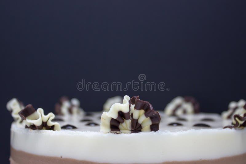 Schlie?en Sie herauf Schuss Kuchen einiger Vielzahl der Schokolade: Schwarzes, Milch und Wei? stockbild