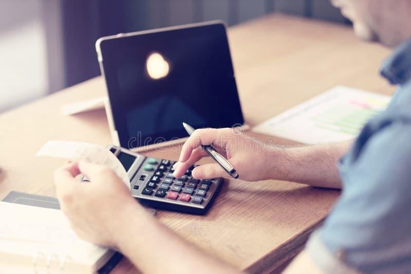 Schlie?en Sie oben vom Mannbuchhalter oder -banker, die Berechnungen machen Einsparungen, Finanzen und Wirtschaftskonzept Geernte lizenzfreies stockfoto