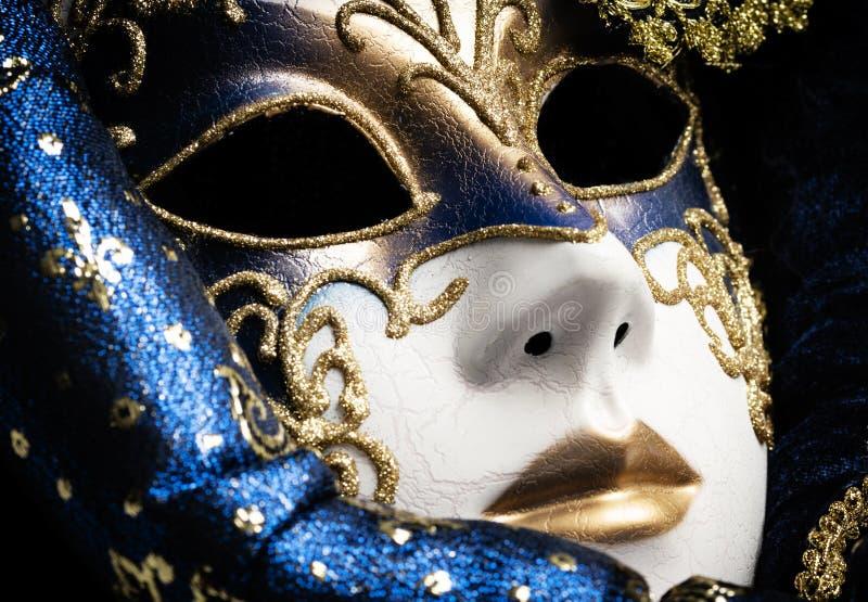 Schlie?en Sie oben von einem Blau mit Goldeleganter traditioneller venetianischer Maske lizenzfreies stockbild