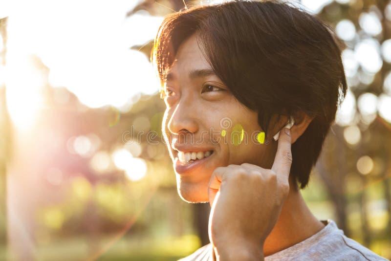 Schlie?en Sie oben von einem l?chelnden jungen asiatischen Mann lizenzfreie stockbilder