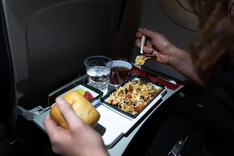 Schlie?en Sie oben von einer Platte der Nahrung diente auf dem Flugzeug stockfoto