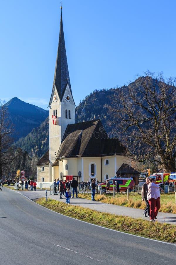 Schliersee, Alemania, Baviera 08 11 2015: Iglesia StLeonhardi en Schliersee en Leonhardifahrt fotografía de archivo