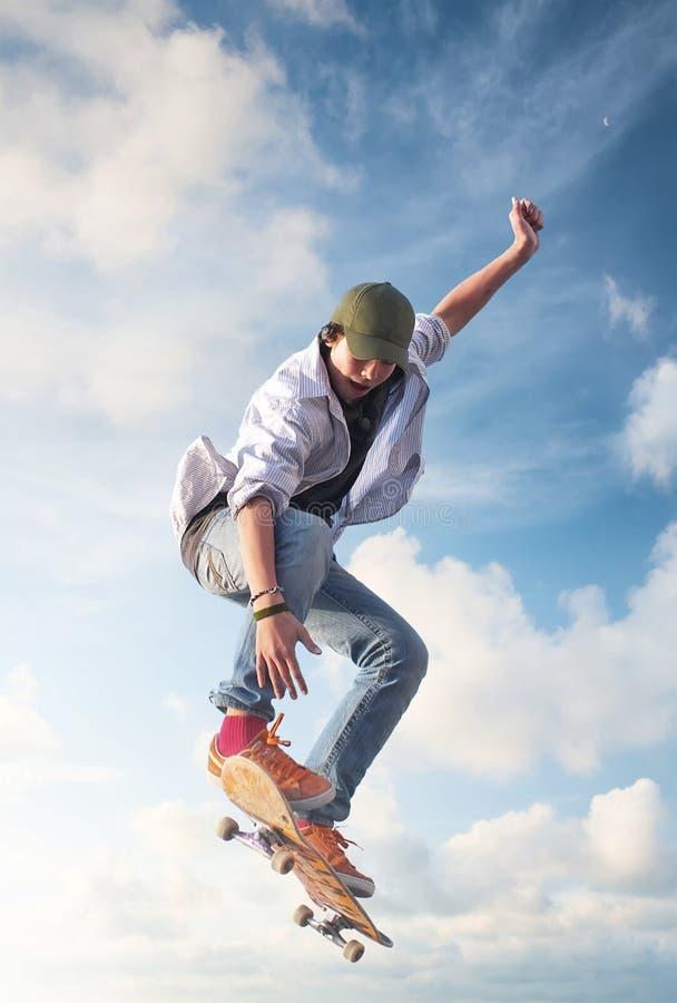 Schlittschuhläufer auf dem Himmelhintergrund lizenzfreie stockfotografie