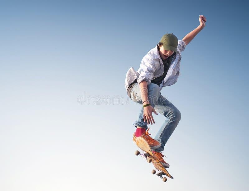 Schlittschuhläufer auf dem Himmelhintergrund lizenzfreie stockfotos