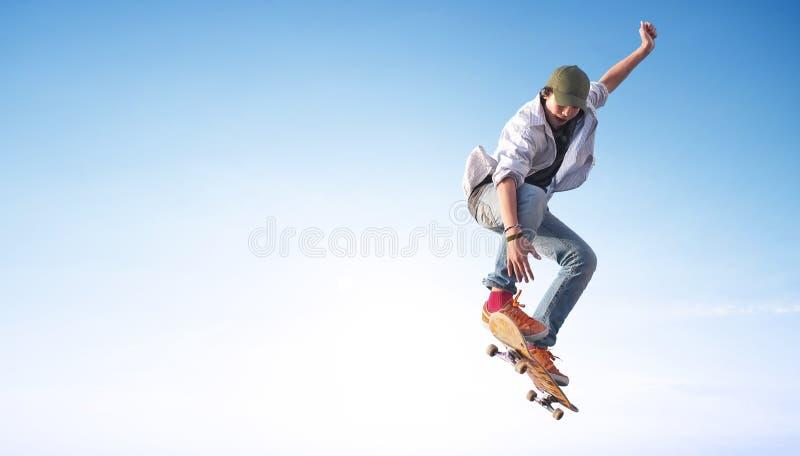 Schlittschuhläufer auf dem Himmelhintergrund stockbild