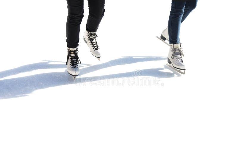 Schlittschuhläufer auf der Eisbahn lokalisiert auf Weiß stockbild