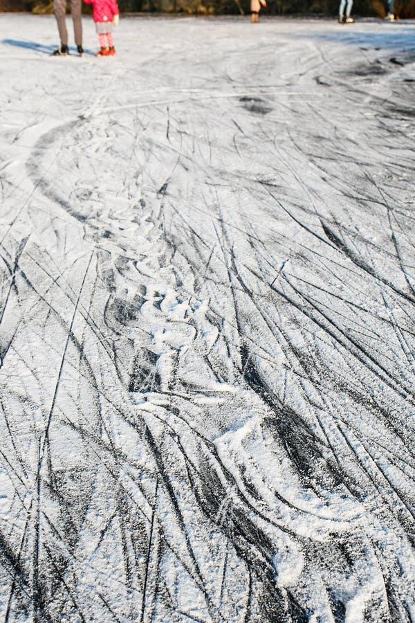 Schlittschuhläufer auf Eishintergrund Eisoberflächenbeschaffenheit stockfotos
