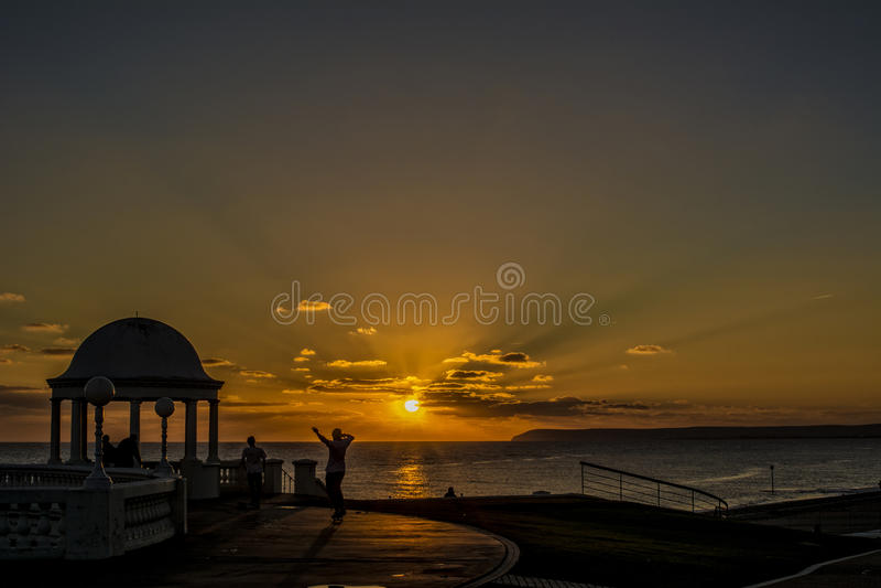 Schlittschuhläufer bei Sonnenuntergang stockfoto