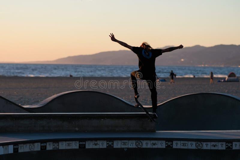 Schlittschuhläufer in der Aktion vor dem Meer an Venedig-` s skatepark lizenzfreies stockbild