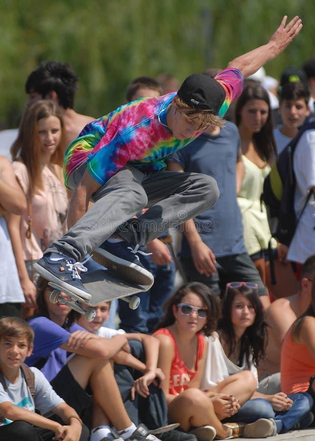 Schlittschuhläufer während des Wettbewerbs am städtischen Festival des Sommers lizenzfreies stockfoto