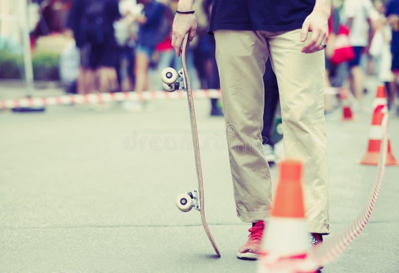 Schlittschuhläuferjunge fährt auf Sommerrochenwettbewerb den im Freien stockfotografie
