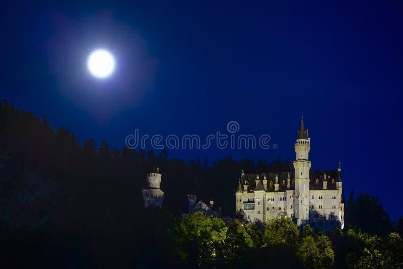 Schloss新天鹅堡城堡在晚上 图库摄影
