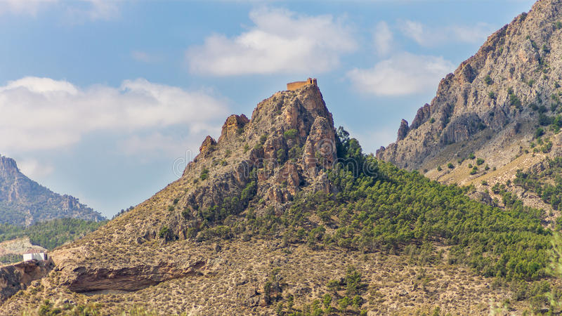 Schloss auf dem Berg lizenzfreie stockfotos